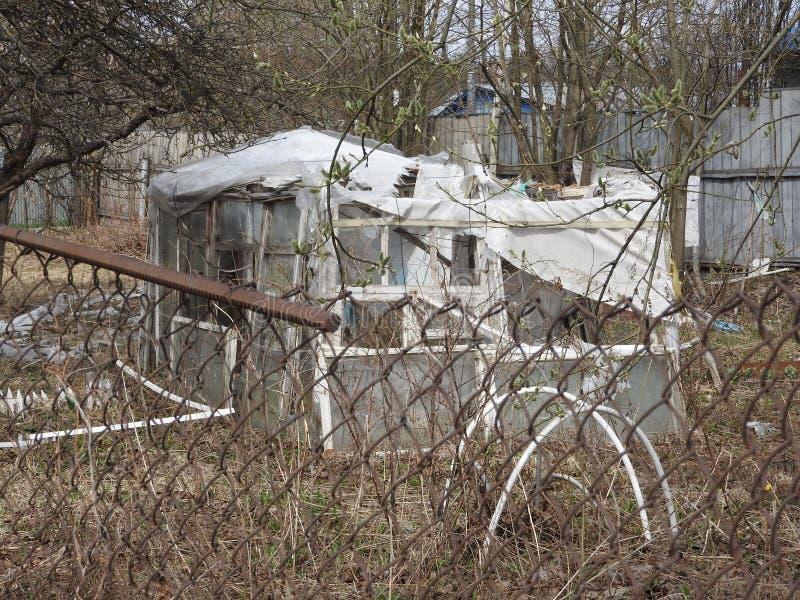 被放弃的被毁坏的木房子在小俄国村庄 库存照片