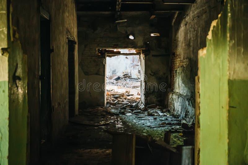 被放弃的被破坏的工业工厂厂房、走廊视图与透视,废墟和爆破灾害概念 免版税库存照片