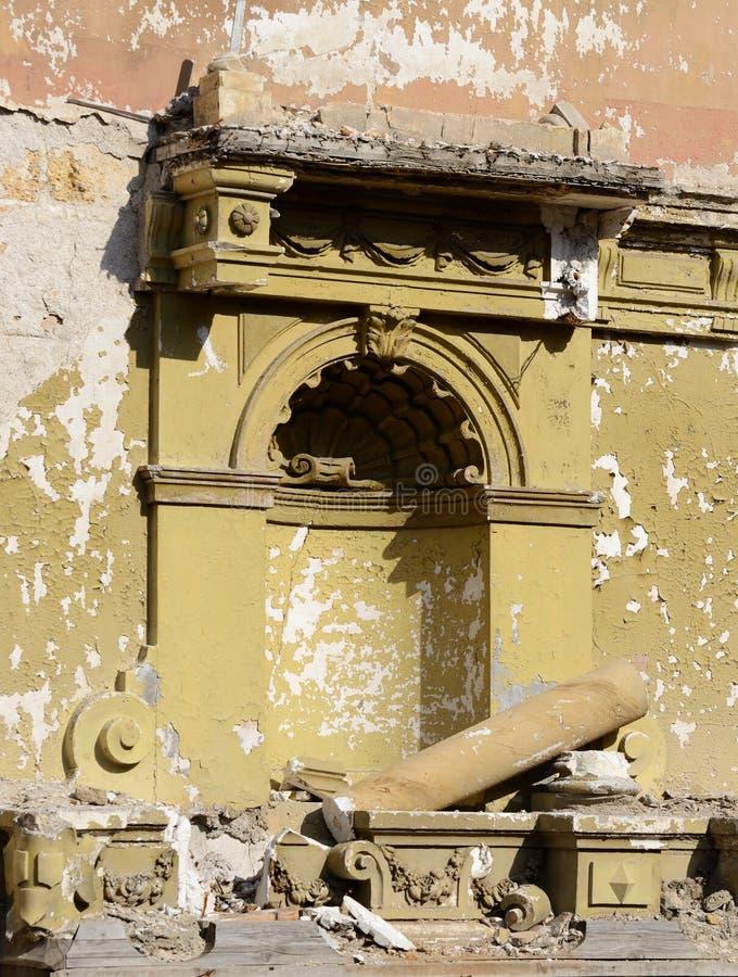 被放弃的被破坏的大厦墙壁在地震以后的 图库摄影