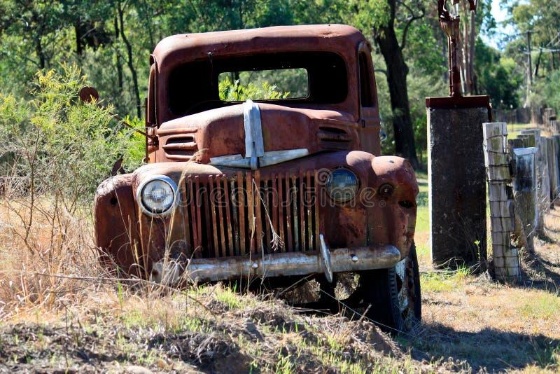 被放弃的装货生锈的卡车 库存图片