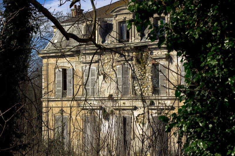 被放弃的豪宅,没人长期居住除了鬼魂 库存图片
