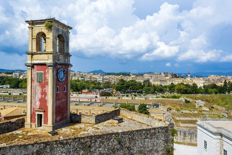 被放弃的钟楼在老堡垒在科孚岛有科孚岛镇,希腊全景  免版税图库摄影