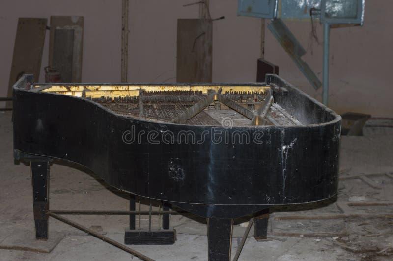 被放弃的钢琴仪器 库存图片