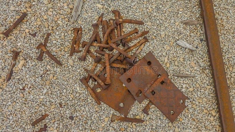 被放弃的铁路钉和板材 库存图片