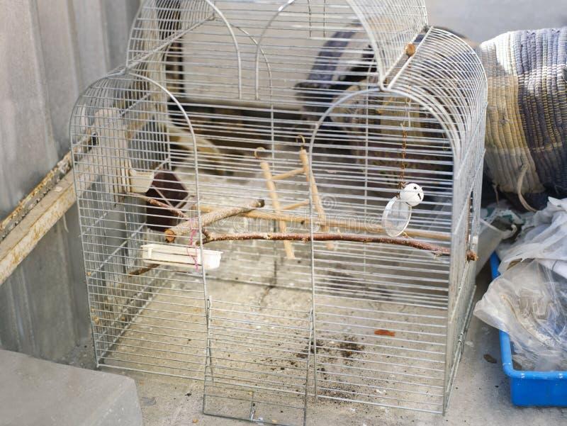 被放弃的鸟笼 免版税库存照片