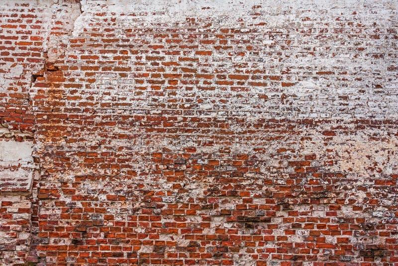 被放置的砖排在古老修道院墙壁的 库存照片