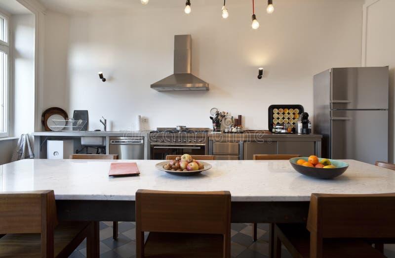 被整修的好的公寓,厨房视图 免版税库存图片