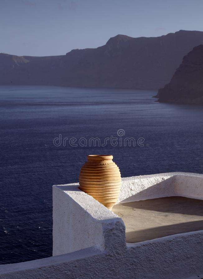被日光照射了希腊缸Oia镇圣托里尼 库存图片