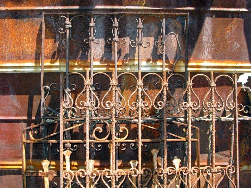 被日光照射了生锈的古色古香的篱芭 库存图片