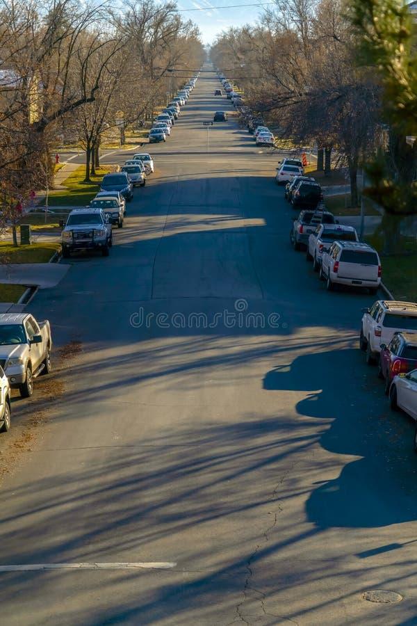 被日光照射了路标示用车和树在普若佛 库存照片