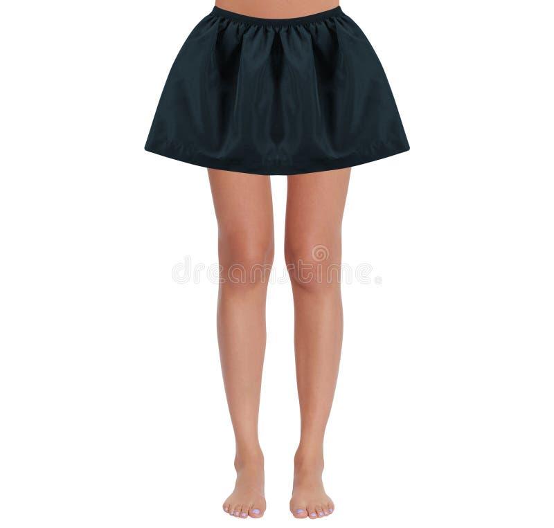 被晒黑的性感的妇女的亭亭玉立的腿 免版税库存照片