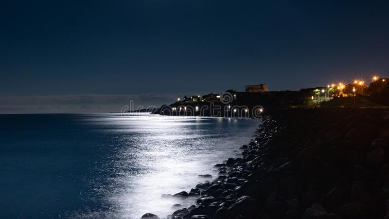 被月光照亮海滩海滩 免版税库存照片