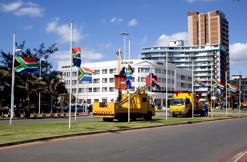 被架设在下半旗的南非旗子 免版税库存照片