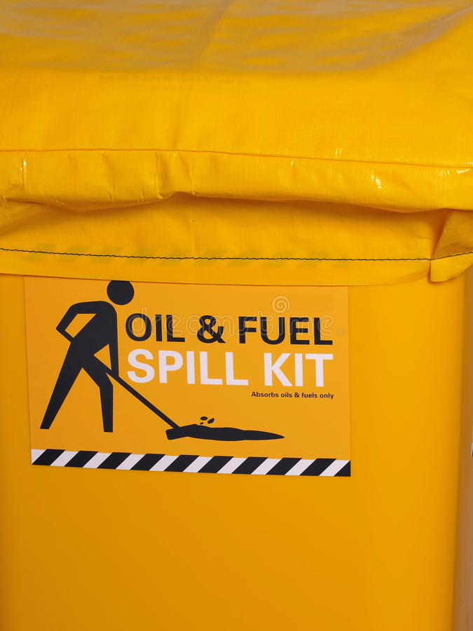 被标记的明亮的黄色工业紧急溢出成套工具 免版税库存照片