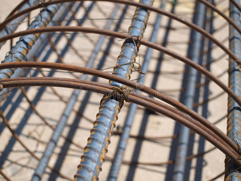 被栓的钢筋笼子和准备 库存照片