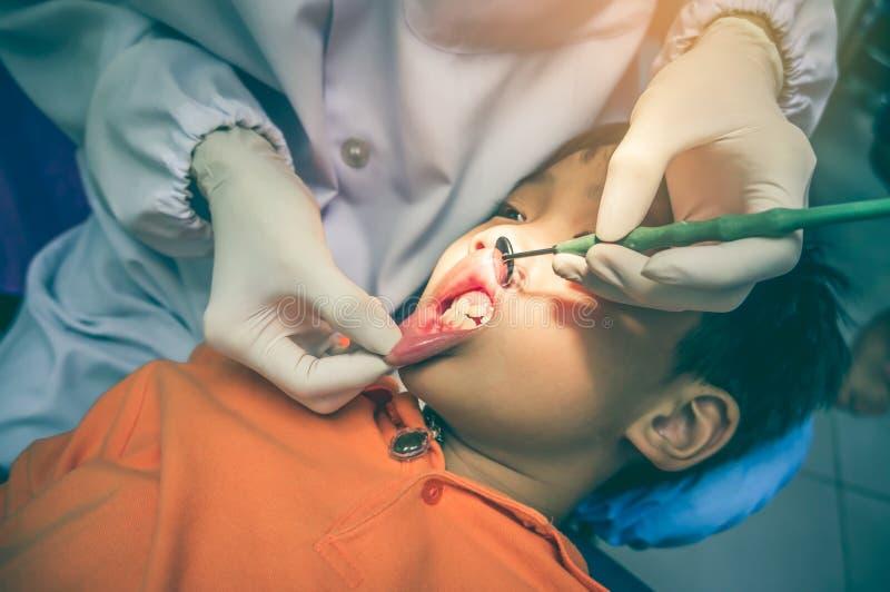 被检查和治疗牙的牙医牙齿o的儿童患者 免版税库存照片