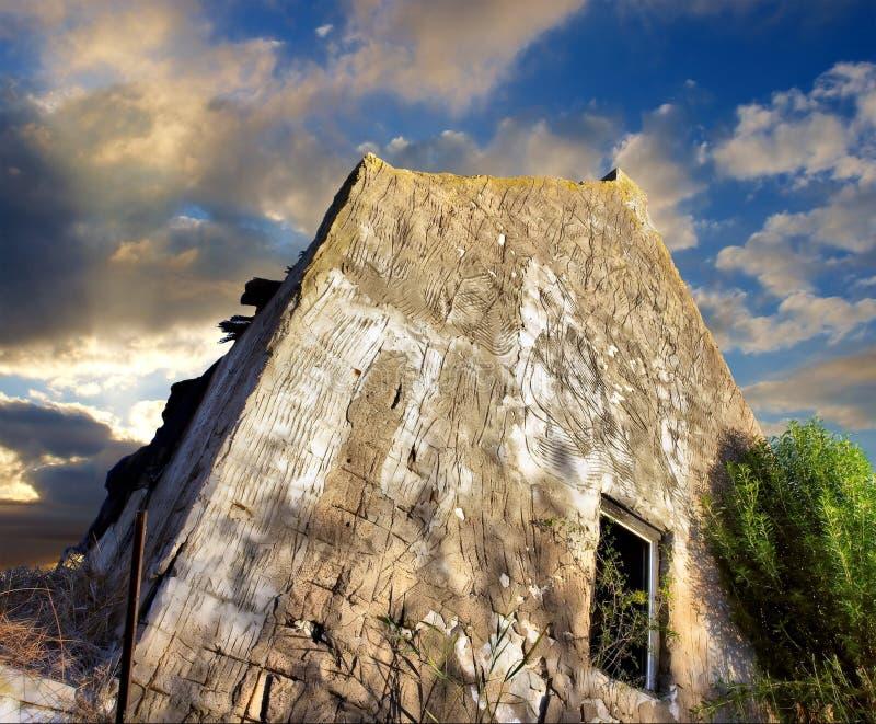 被毁坏的严重的房子天空日落下 库存照片