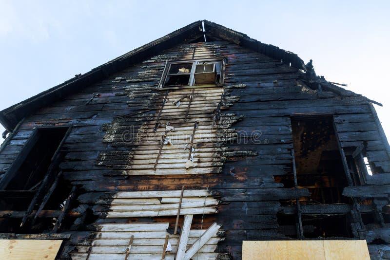 被毁坏的住所废墟在房子火以后的 免版税库存照片