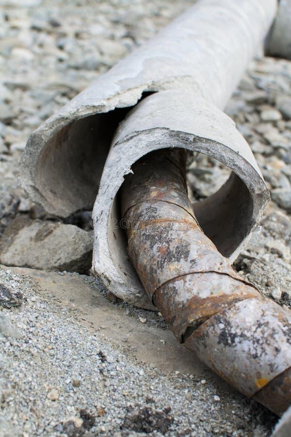 被毁坏的具体管子和铁锈关闭  免版税库存图片