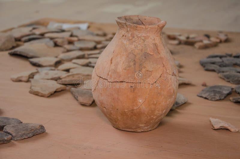 被毁坏的古老油罐 免版税库存图片