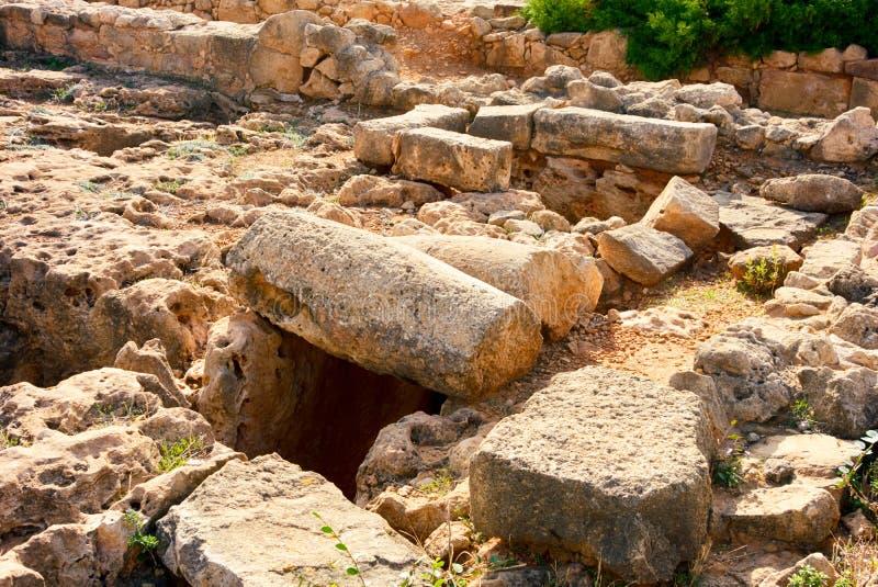 被毁坏的古老石废墟 考古学挖掘 免版税库存图片