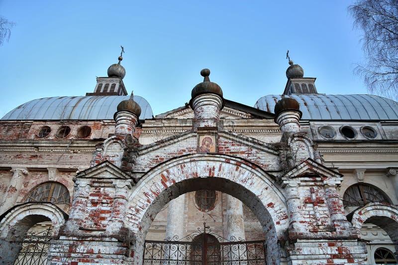 被毁坏的和被放弃的基督教会 古老废墟 免版税库存照片