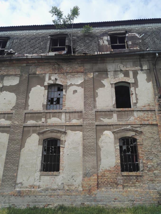 被毁坏的和被放弃的工厂厂房 免版税库存照片