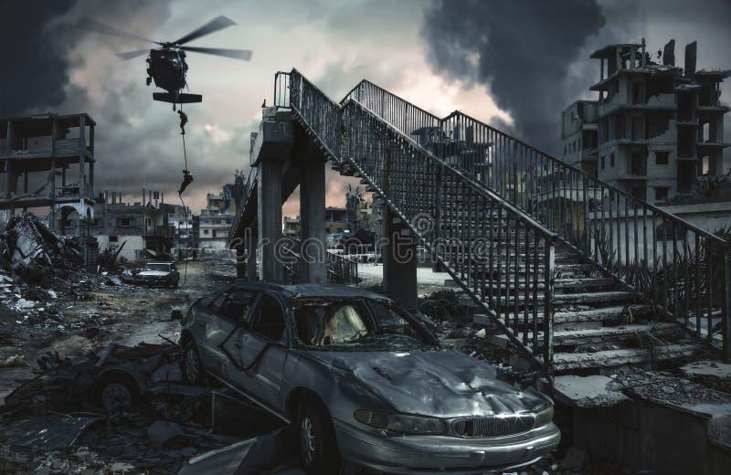 被毁坏的城市、房子和汽车在不合理的战争 免版税库存图片