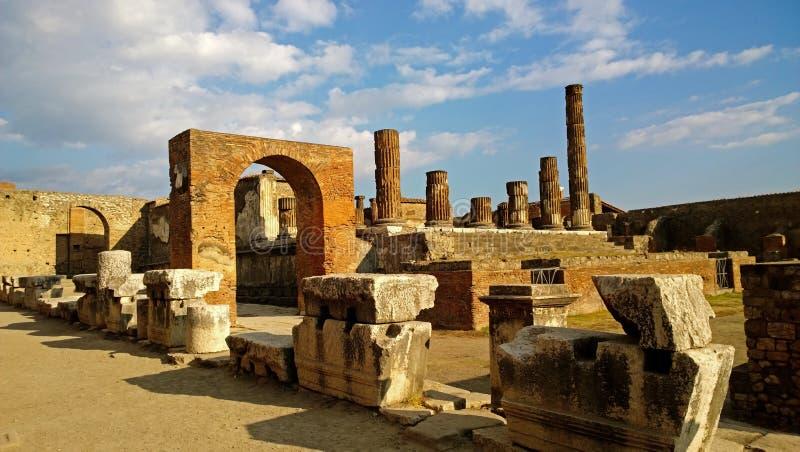 被毁坏的庞贝城在一个晴天 库存照片