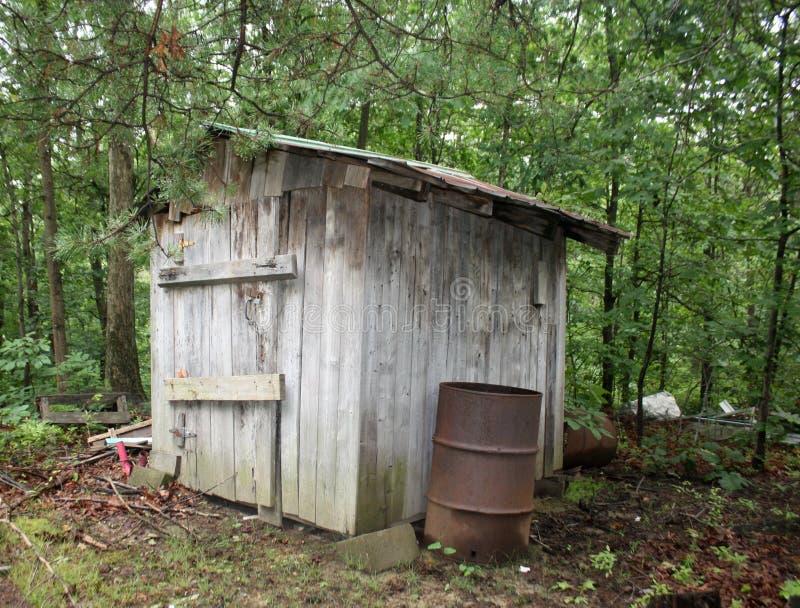 被毁坏的木棚子 库存图片