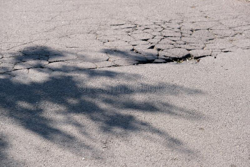 被毁坏的沥青路面 免版税库存图片