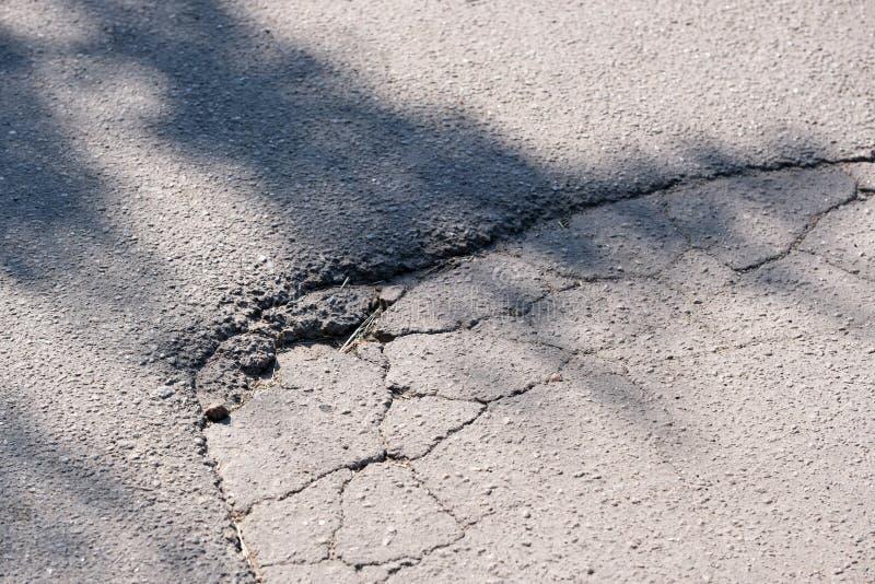 被毁坏的沥青路面 图库摄影