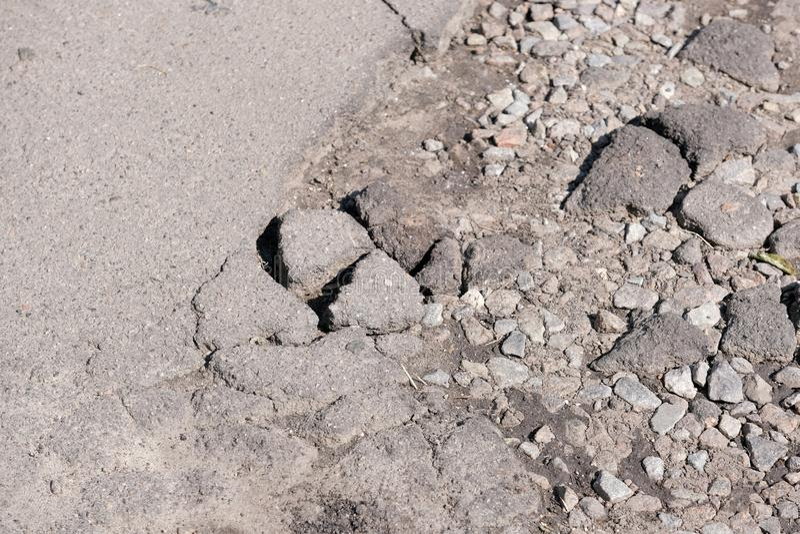 被毁坏的沥青路面 免版税图库摄影