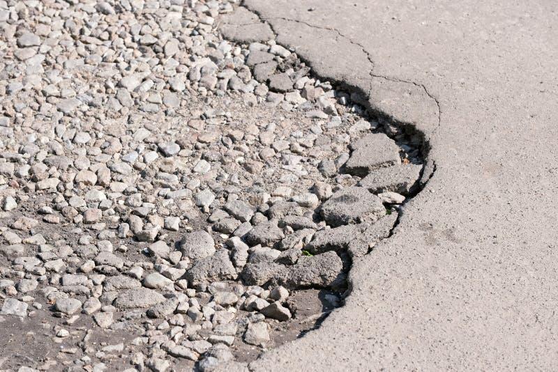 被毁坏的沥青路面 免版税库存照片