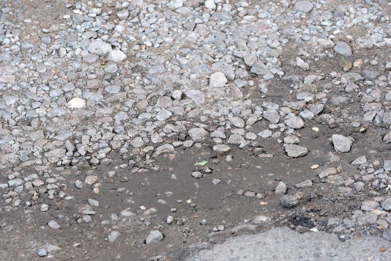 被毁坏的沥青路面 库存图片