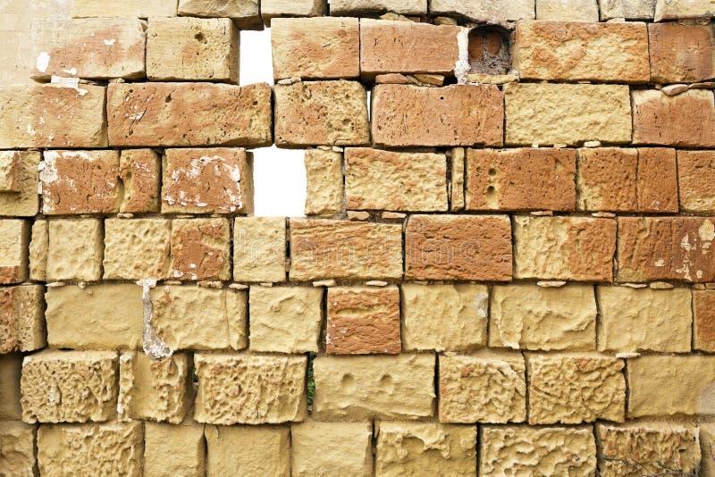 被毁坏的石灰石墙壁 库存图片