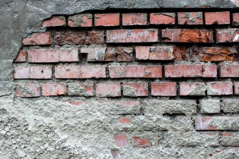 被毁坏的老砖墙 免版税图库摄影