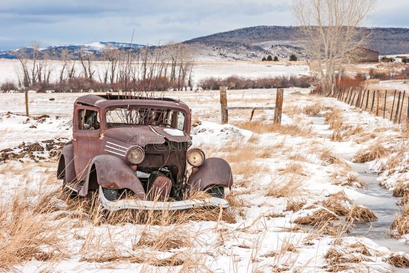 被毁坏的老车 库存照片
