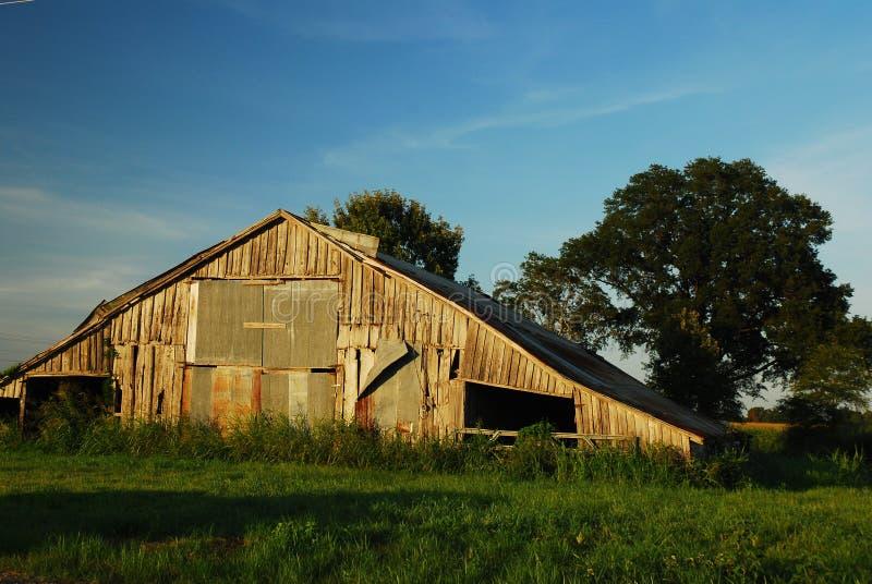 被毁坏的谷仓在农村密西西比 库存照片