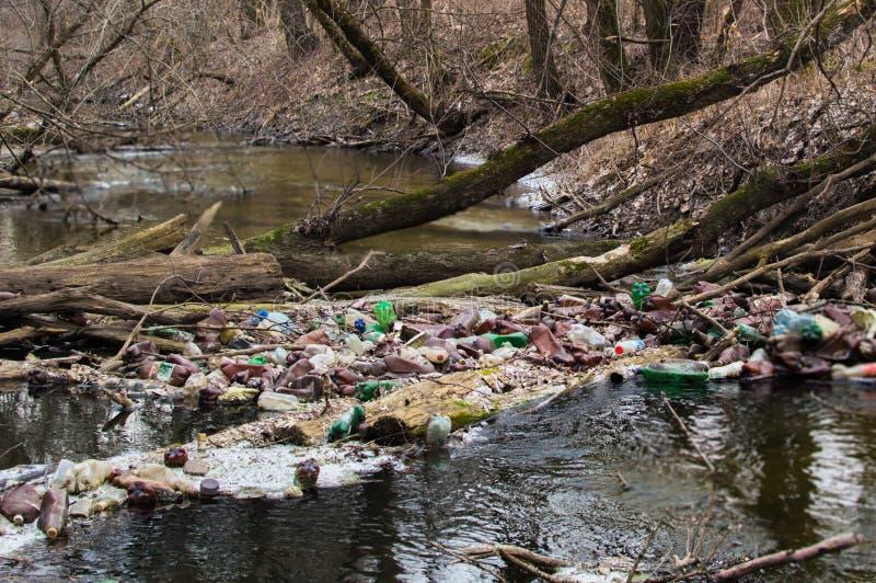 被污染的小森林河的看法有很多另外塑料垃圾的 环境污染问题.