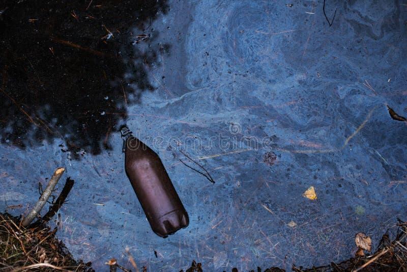 被污染的河 塑料在水中 对生态的害处 免版税库存图片
