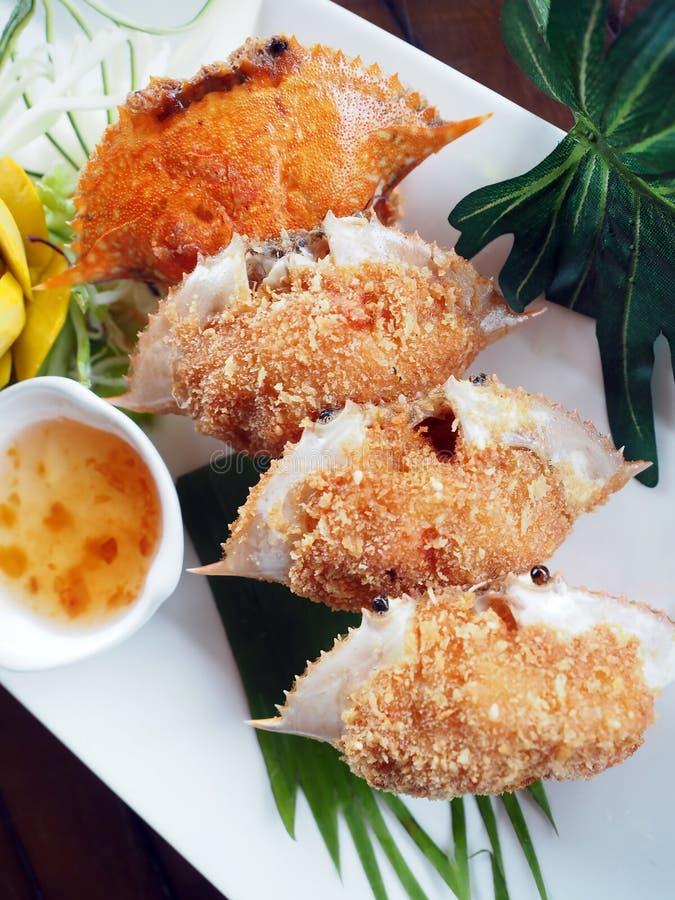 被油炸的蟹肉用剁碎的猪肉,在螃蟹壳充塞的蛋糕 免版税库存照片