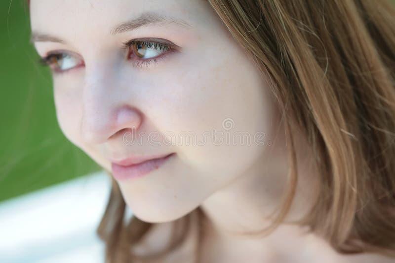 被注视的女孩绿色 免版税库存照片
