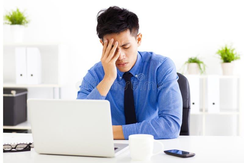 被注重的商人在办公室 免版税库存照片