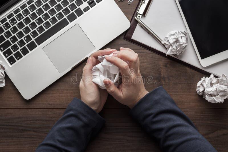 被注重的女商人压皱纸 免版税库存照片