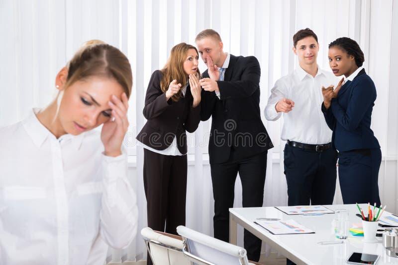被注重的女性同事在办公室 免版税库存照片
