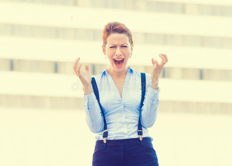 被注重的女雇员有尖叫的头疼在失望 图库摄影