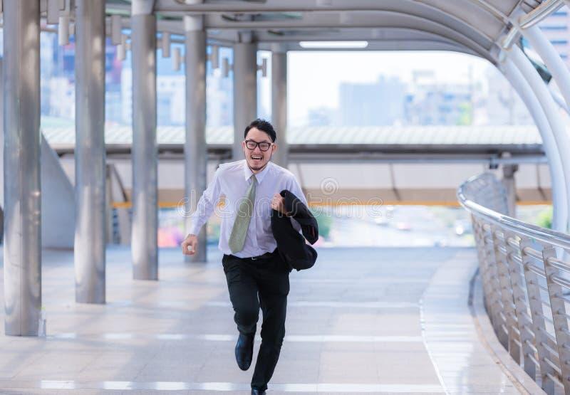 被注重的急切商人急忙和跑,他为他的商业上的约定是晚并且穿衬衣,当跑时 库存图片