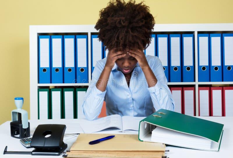 被注重的非裔美国人的女实业家在办公室 免版税库存照片