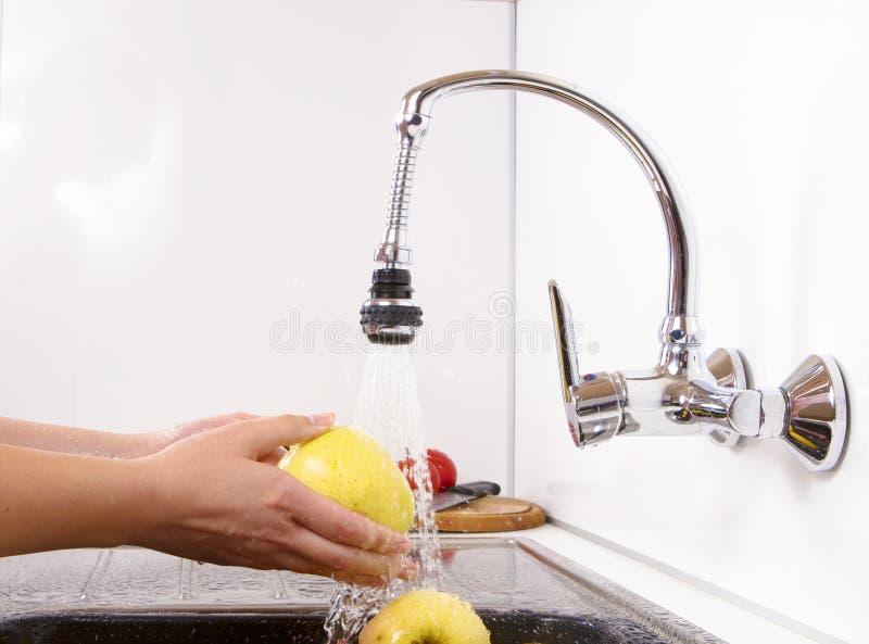 被洗涤的苹果可口下来厨房 库存照片